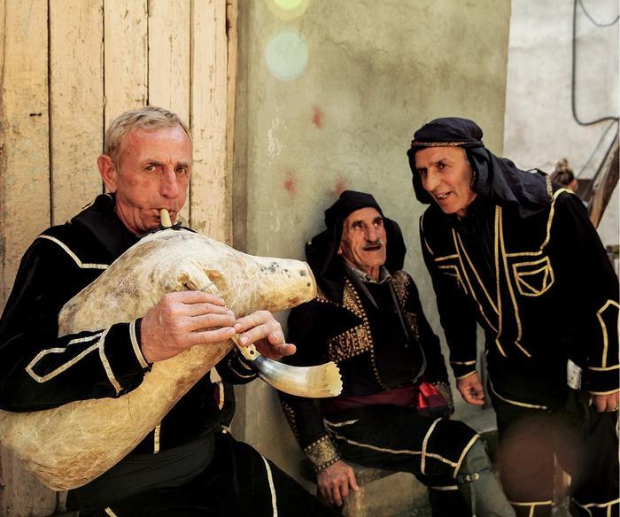 W Gobroneti muzykant przygrywa na domowej roboty dudach