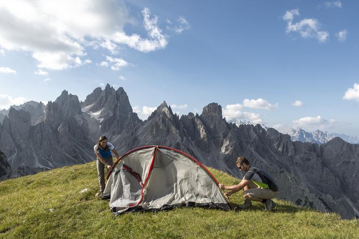 Rozkładanie namiotu w górach