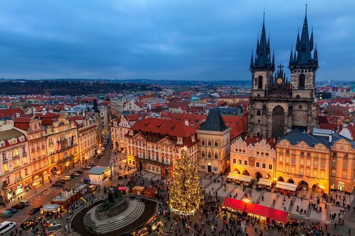 Stary Rynek w Pradze z jarmarkiem bożonarodzeniowym