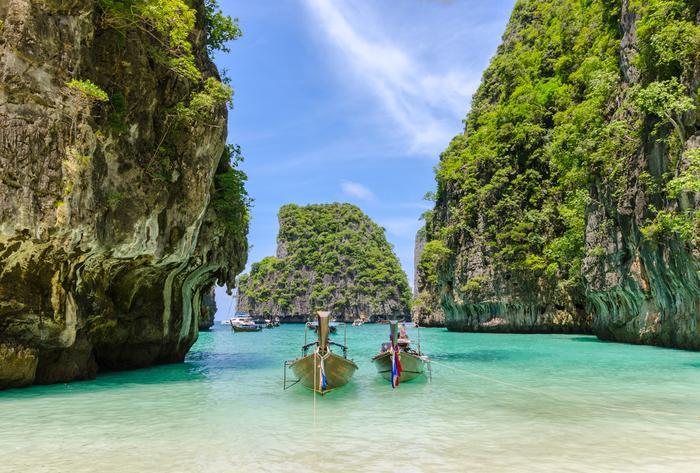 Łódki zacumonwane na plaży wyspy Phi Phi Leh