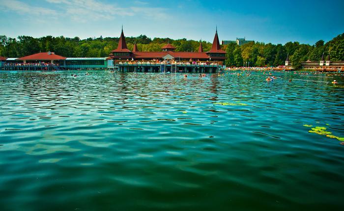 Węgry. Heviz to drugie największe na świecie jezioro termalne