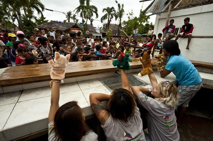 Teatrzyk kukiełkowych dla dzieci z miejsc dotkniętych tajfunem
