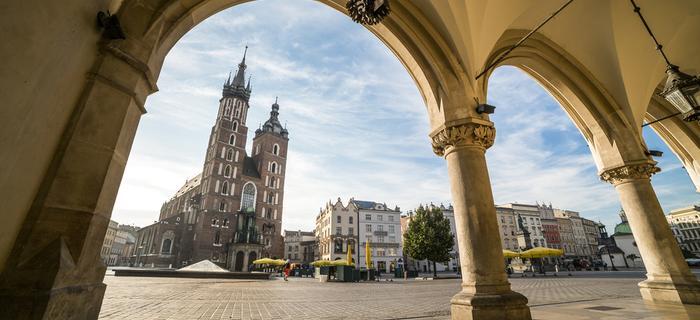 Rynek Główny w Krakowie, widok spod arkad Sukiennic na Kościół Mariacki