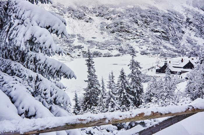 Karkonosze, Mały Staw i schronisko Samotnia zimą