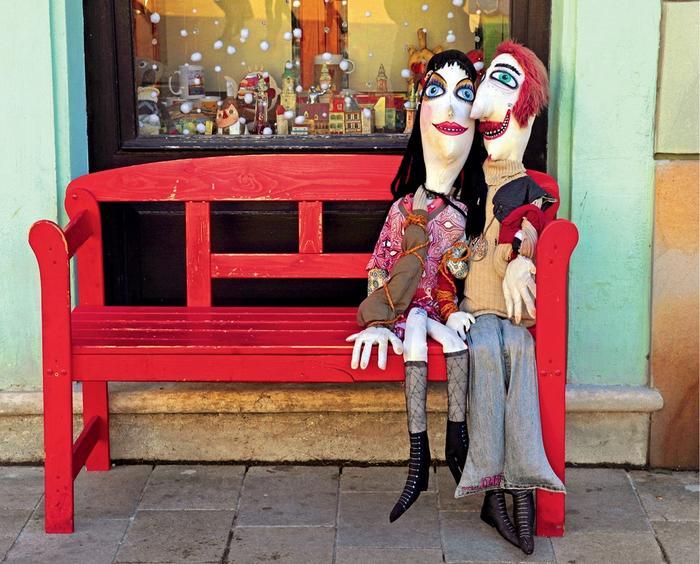 Bratysława, lalki kochanków przed sklepem z zabawkami