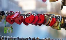 W wielu miastach kłódki stały się symbolem miłości
