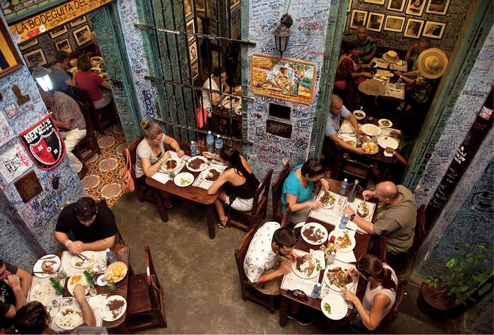 Ściany w La Bodeguita del Medio pełne są autografów: zarówno turystów, jak i znanych gości