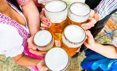 Bawarczycy lubią spotykać się w ogródkach piwnych