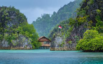 Indonezja, drewniana chatka nad brzegiem morza na Papui