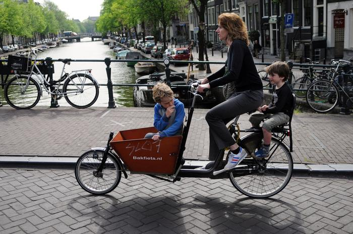 Mieszkańcy Amsterdamu odkryli chyba wszystkie możliwe (i niemożliwe) sposoby przewożenia na rowerze małych dzieci i zwierząt