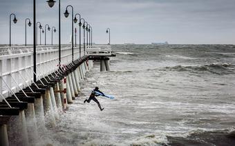 Krzysiek Sikora skacze z molo w Gdyni-Orłowie podczas listopadowego sztormu