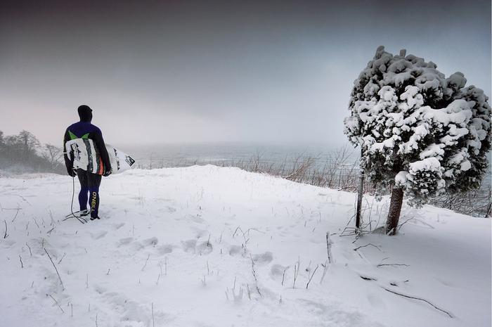Krzysiek Sikora wypatruje o świcie w Jastrzębiej Górze miejsca, gdzie łamią się fale