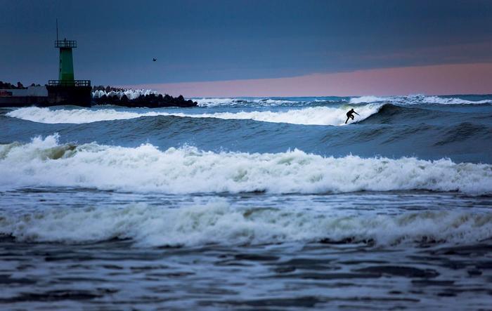 Łukasz Baliński surfuje zimą we Władysławowie