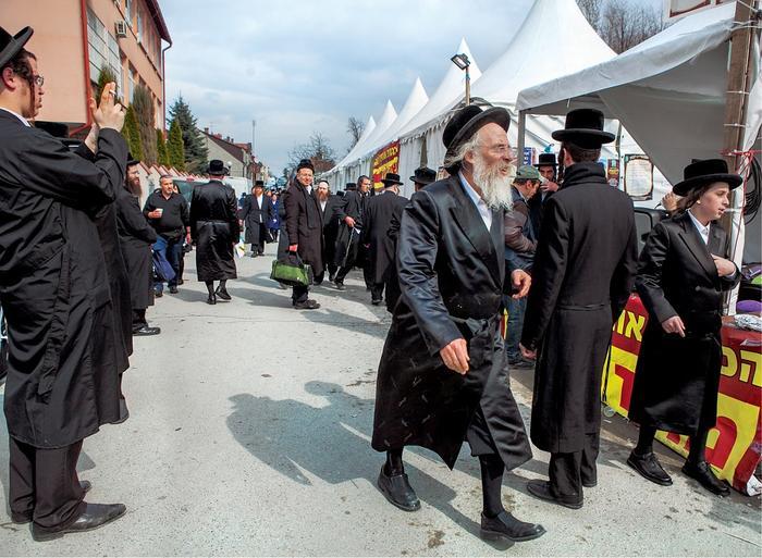 Przy Górnej staje miasteczko namiotów, cała ulica rozbrzmiewa jidysz, z kuchni pachnie czulentem