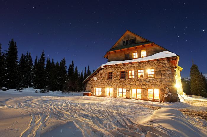Tatry zimą, schronisko Murowaniec w nocy