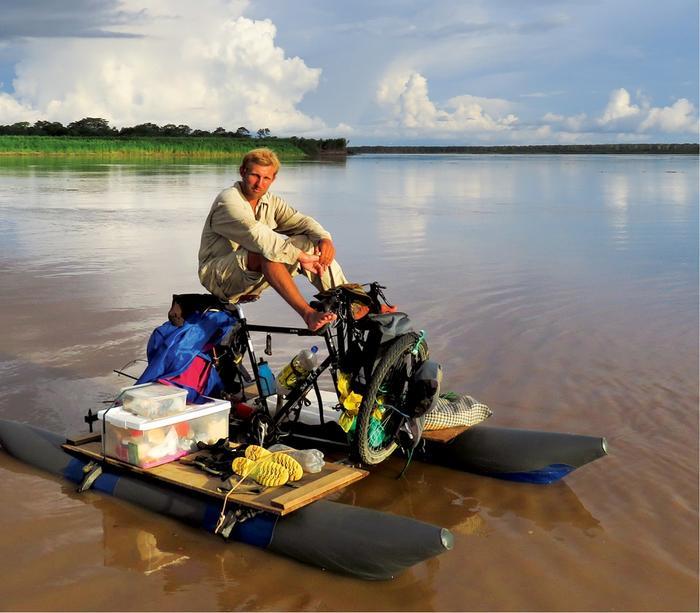 Hubert Kisiński odpoczywa na swoim rowerze amazońskim  na Ukajali