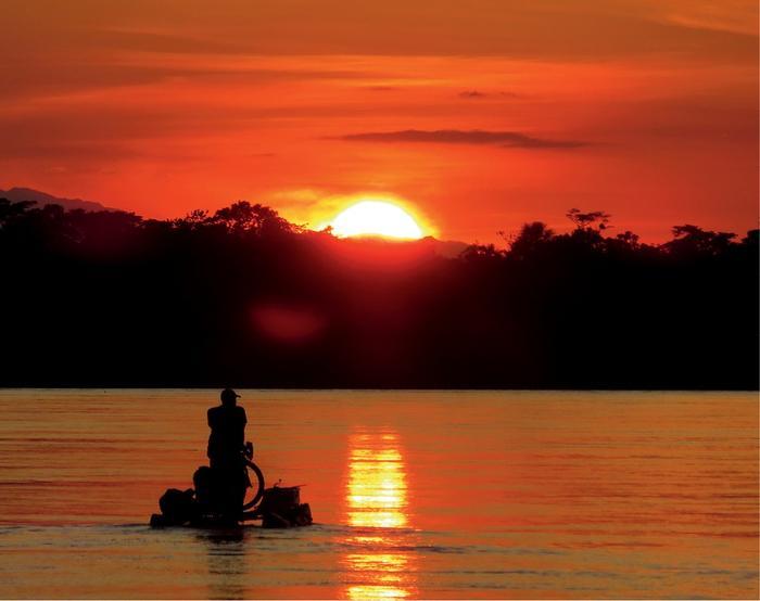 Piękno Ukajali o zachodzie słońca w kanałach Puinahua
