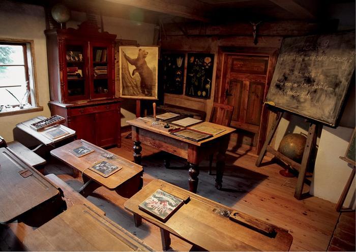 Drobiazgowo odtworzona klasa szkolna znajduje się w muzeum w mazurskiej chacie podcieniowej