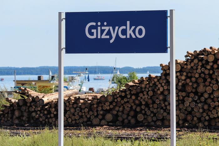 Widok ze stacji kolejowej w Giżycku na jezioro Niegocin