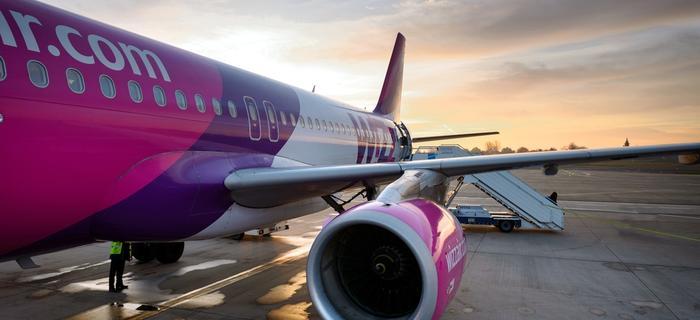 Samolot lini WizzAir na lotnisku