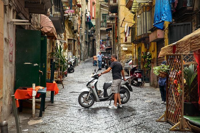 Ciasne zaułki Quartieri Spagnoli w Neapolu