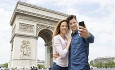Zakochana para w Paryżu