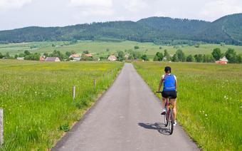 Rowerzystka przemierzająca Polskę