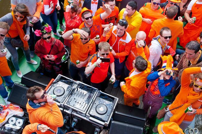 Stałym elementem obchodów Dnia Króla jest pomarańczowy ubiór