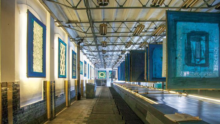 Na ścianach wiszą szablony, nad drukarką – gotowe wyroby lniane