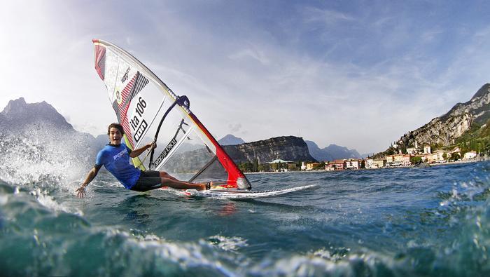 Windsurfing na jeziorze Garda