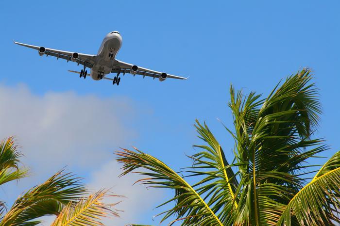 Samolot nad tropikalną wyspą