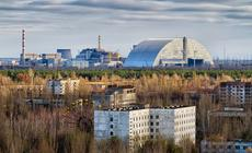 Elektrownia w Czarnobylu na krótko przed nasunięciem nowego sarkofagu