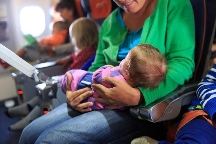 Noworodek w samolocie, zdjęcie ilustracyjne