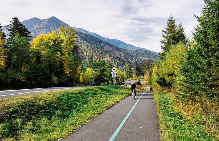 Z drogi rowerowej łączącej Tatrzańską Kotlinę z Białą Spiską jest blisko do Jaskini Bielskiej