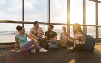Młodzi ludzie na lotnisku