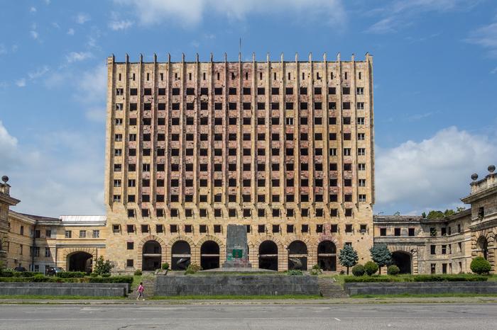Ścisłe centrum Suchumi. Opuszczony budynek parlamentu