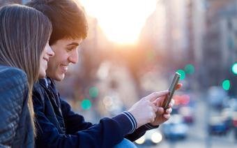Turyści korzystający z aplikacji mobilnych