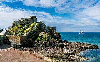 Zamek Elżbiety I to jedna z głównych atrakcji wyspy Jersey