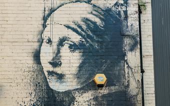 """Girl with the Pierced Eardrum"" to dzieło Banksy'ego"