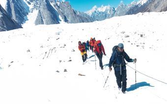 Himalaiści w drodze na K2