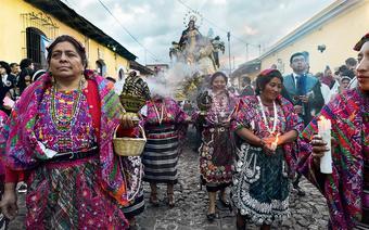 Kobiety wmajańskich strojach podczas obchodów Wielkanocy wmieście Quetzaltenango