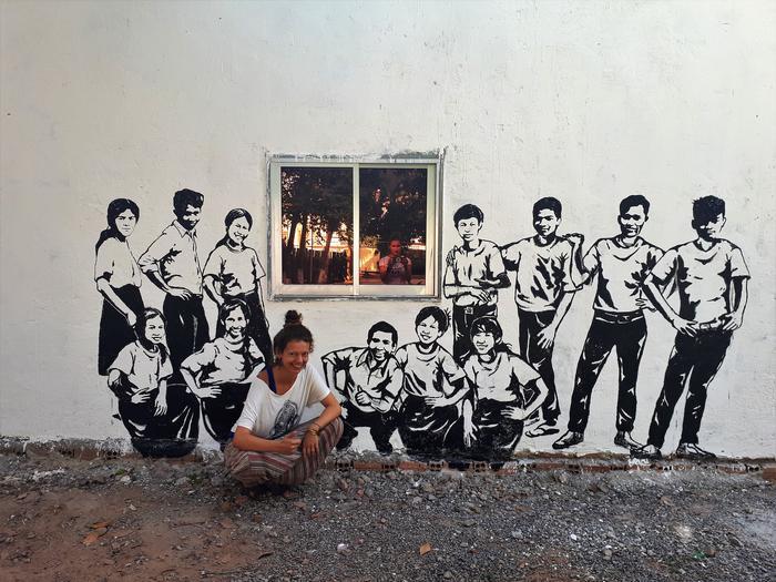 Asia przy muralu w Kambodży