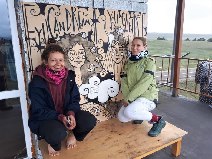 Aśka i Magda przy jednej ze swoich prac