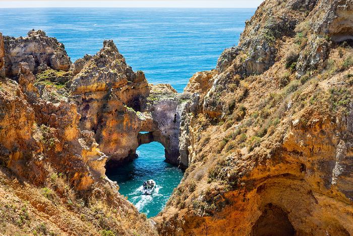 Nawet wnajbardziej turystycznych miejscowościach zachodniego Algarve można trafić naschowane wśród skał zatoki oraz morskie groty