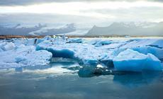 Lodowe góry suną przez wody Jokulsarlon wstronę Atlantyku. Woddali bieleją jęzory potężnego Vatnajokull