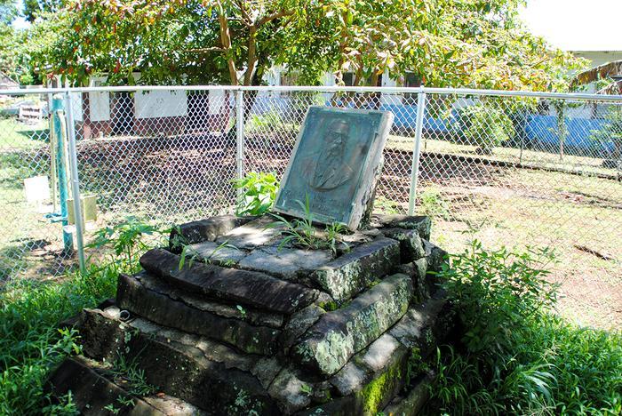 Tablica upamiętniająca Jana Kubarego na wyspie Pohnpei