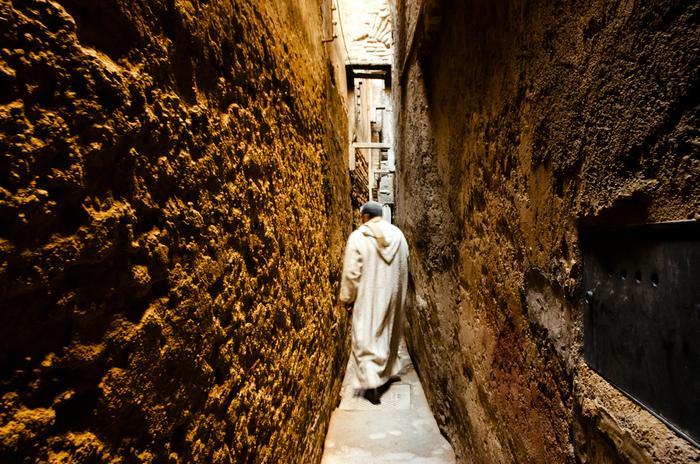 Jedna z wąskich uliczek medyny w Fezie