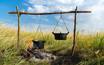 Przed czasami grilla było ognisko z kociołkiem, pieczone w żarze kartofle i kiełbasa skwiercząca na kiju