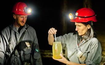 Turyści badają zasolenie wody podczas zwiedzania kopalni w Wieliczce