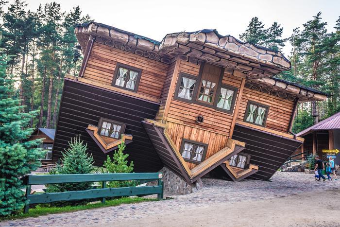 Odwrócony domek w Szymbarku